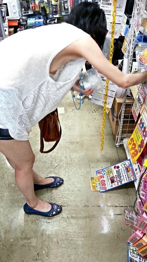 ノーブラ女性の横乳・ハミ乳・乳首ポロリ画像まとめ 42枚 No.10