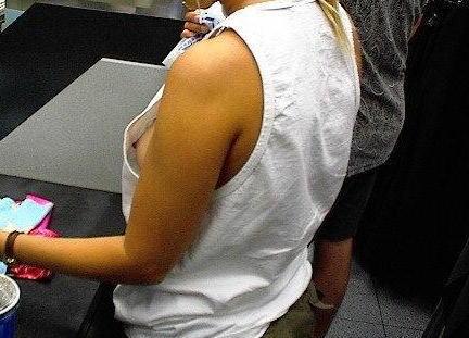 ノーブラ女性の横乳・ハミ乳・乳首ポロリ画像まとめ 42枚 No.11