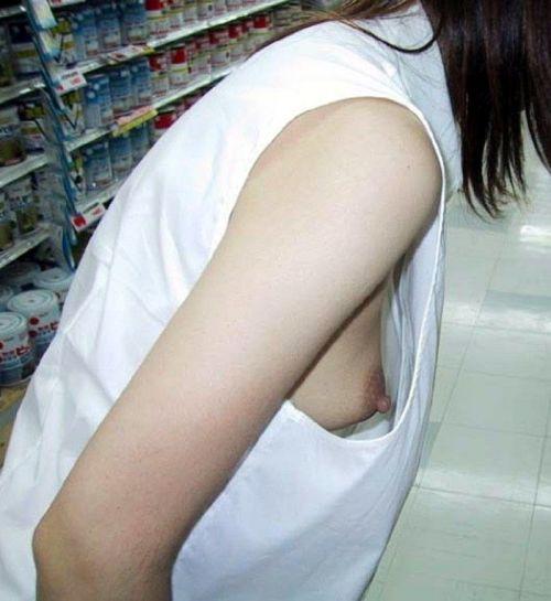 ノーブラ女性の横乳・ハミ乳・乳首ポロリ画像まとめ 42枚 No.37