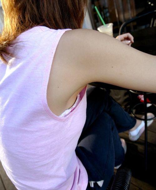 ノーブラ女性の横乳・ハミ乳・乳首ポロリ画像まとめ 42枚 No.41
