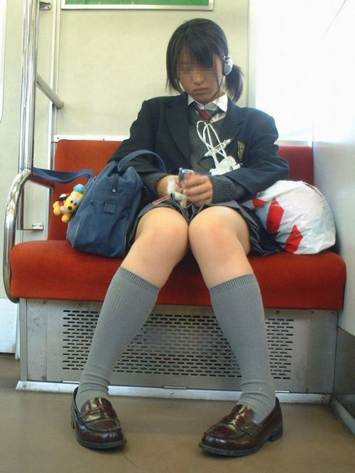 電車で座ってるJKがパンモロしてたらじっくり見ちゃうよな? 40枚 No.4