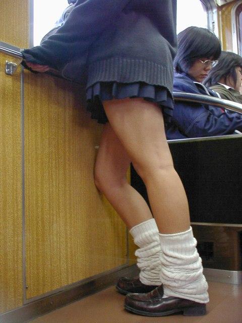 電車で座ってるJKがパンモロしてたらじっくり見ちゃうよな? 40枚 No.6