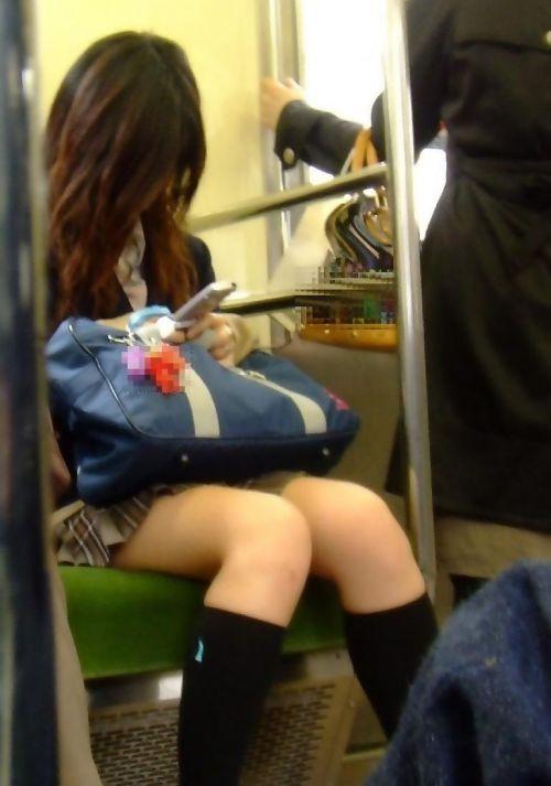 電車で座ってるJKがパンモロしてたらじっくり見ちゃうよな? 40枚 No.9