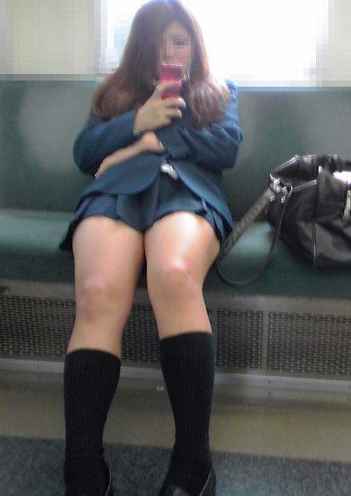 電車で座ってるJKがパンモロしてたらじっくり見ちゃうよな? 40枚 No.12