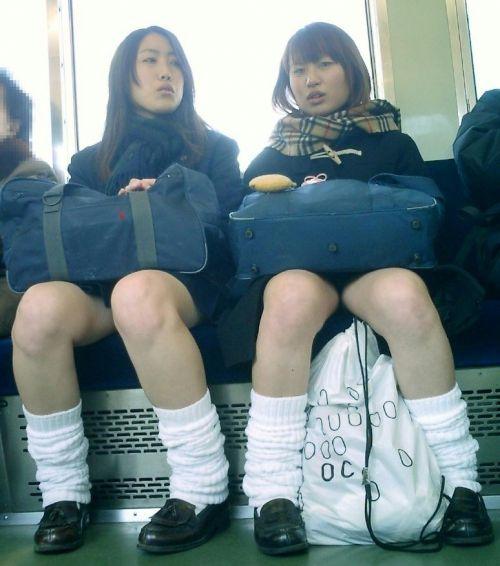 電車で座ってるJKがパンモロしてたらじっくり見ちゃうよな? 40枚 No.13
