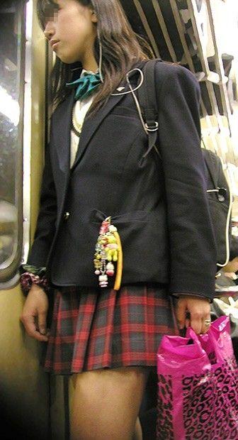 電車で座ってるJKがパンモロしてたらじっくり見ちゃうよな? 40枚 No.19