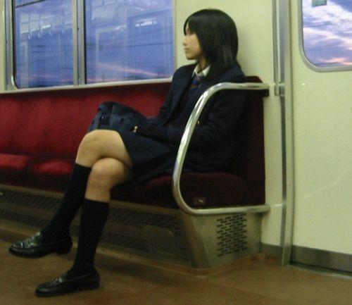 電車で座ってるJKがパンモロしてたらじっくり見ちゃうよな? 40枚 No.26