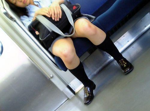 電車で座ってるJKがパンモロしてたらじっくり見ちゃうよな? 40枚 No.35