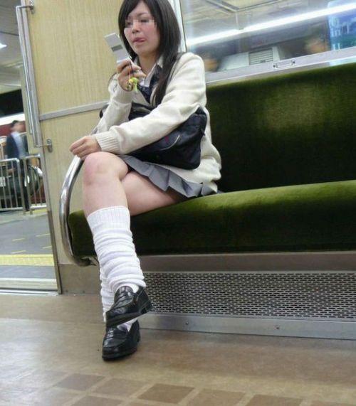 電車で座ってるJKがパンモロしてたらじっくり見ちゃうよな? 40枚 No.36
