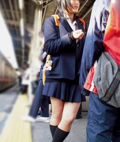 電車で座ってるJKがパンモロしてたらじっくり見ちゃうよな? 40枚 No.40