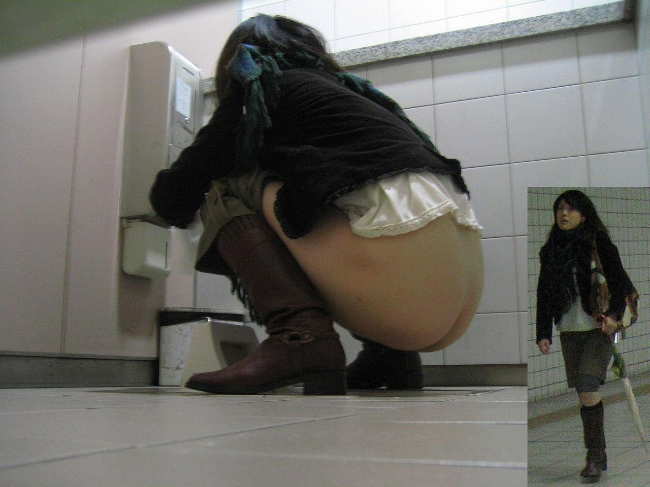中国トイレ盗撮画像 女子トイレDX 和式トイレを後方下部から女性のお尻を盗撮したエロ画像