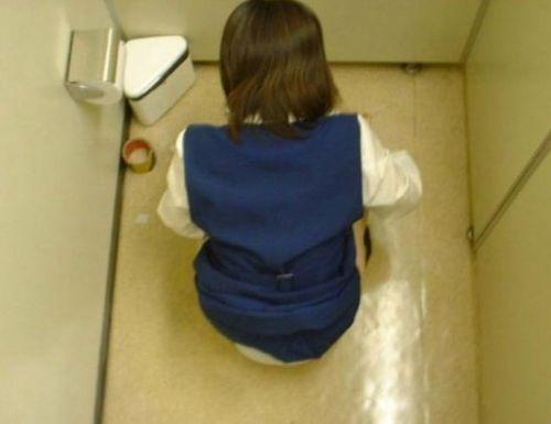 和式トイレを後方下部から女性のお尻を盗撮したエロ画像 37枚 No.25