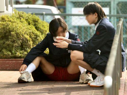 【JK画像】そんな地面に座り込んだらパンチラしちゃうんじゃね? 35枚 No.2