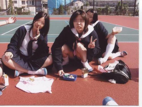 【JK画像】そんな地面に座り込んだらパンチラしちゃうんじゃね? 35枚 No.5