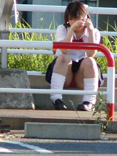【JK画像】そんな地面に座り込んだらパンチラしちゃうんじゃね? 35枚 No.9