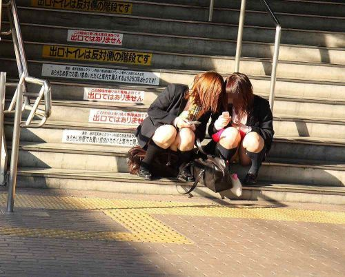 【JK画像】そんな地面に座り込んだらパンチラしちゃうんじゃね? 35枚 No.11