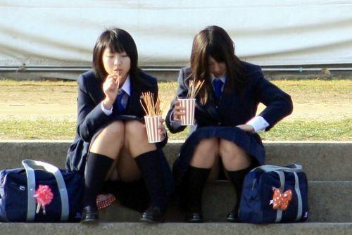 【JK画像】そんな地面に座り込んだらパンチラしちゃうんじゃね? 35枚 No.15