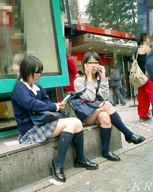 【JK画像】そんな地面に座り込んだらパンチラしちゃうんじゃね? 35枚 No.17