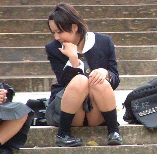【JK画像】そんな地面に座り込んだらパンチラしちゃうんじゃね? 35枚 No.19