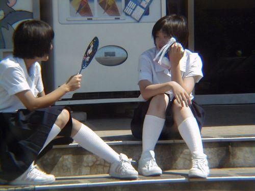 【JK画像】そんな地面に座り込んだらパンチラしちゃうんじゃね? 35枚 No.20