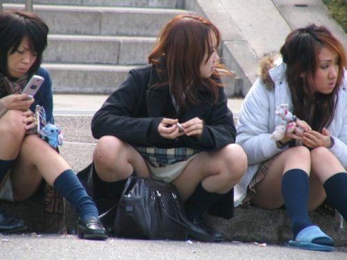 【JK画像】そんな地面に座り込んだらパンチラしちゃうんじゃね? 35枚 No.21