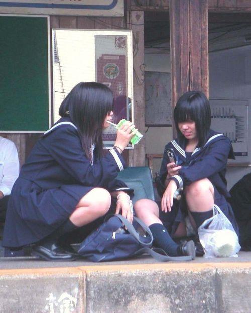 【JK画像】そんな地面に座り込んだらパンチラしちゃうんじゃね? 35枚 No.24