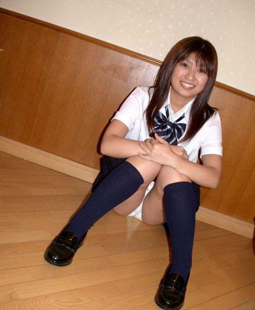【画像】女子高生がM字開脚でパンツをエロく見せつける選手権 40枚 No.9