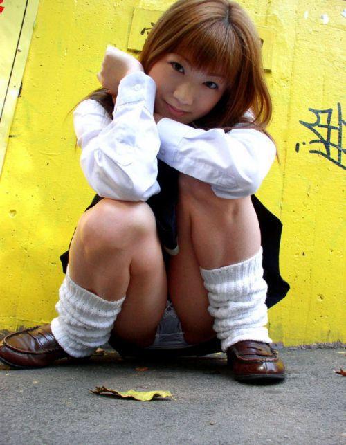 【画像】女子高生がM字開脚でパンツをエロく見せつける選手権 40枚 No.11