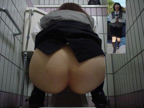 【画像】和式トイレでお○っこをしている姿を後方隙間から激写盗撮 41枚 No.18