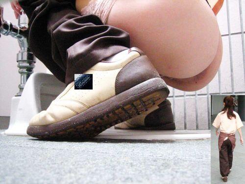 【画像】和式トイレでお○っこをしている姿を後方隙間から激写盗撮 41枚 No.22