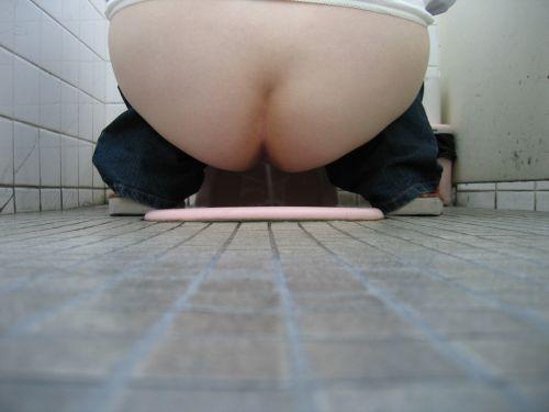 【画像】和式トイレでお○っこをしている姿を後方隙間から激写盗撮 41枚 No.27