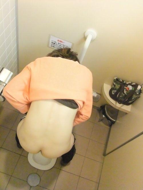 【画像】和式トイレでお○っこをしている姿を後方隙間から激写盗撮 41枚 No.28