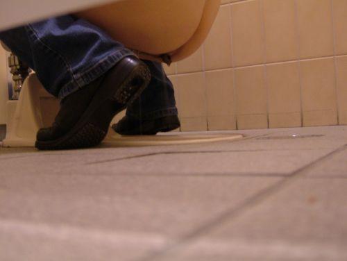 【画像】和式トイレでお○っこをしている姿を後方隙間から激写盗撮 41枚 No.37