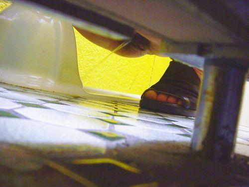 【画像】和式トイレでお○っこをしている姿を後方隙間から激写盗撮 41枚 No.38