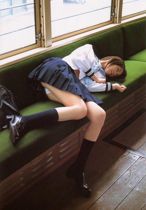 電車通学JKの紺ソックスと太ももを楽しむ盗撮画像 39枚 No.2