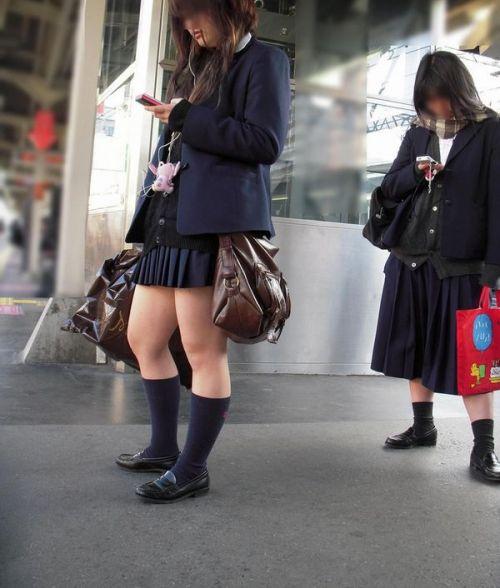 電車通学JKの紺ソックスと太ももを楽しむ盗撮画像 39枚 No.3