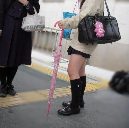 電車通学JKの紺ソックスと太ももを楽しむ盗撮画像 39枚 No.5