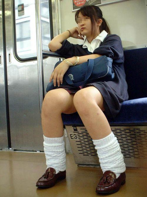 電車通学JKの紺ソックスと太ももを楽しむ盗撮画像 39枚 No.6