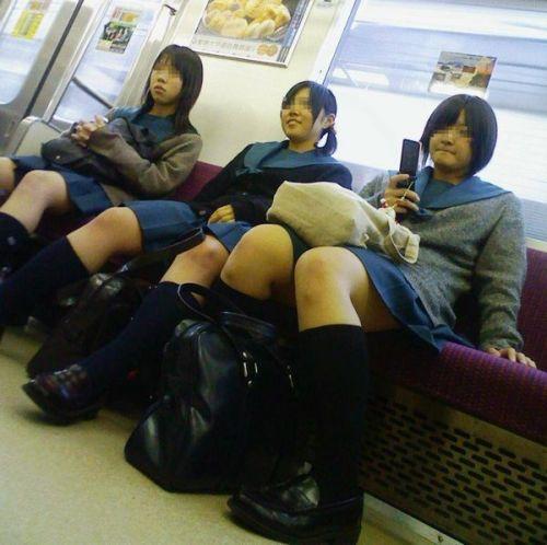 電車通学JKの紺ソックスと太ももを楽しむ盗撮画像 39枚 No.7