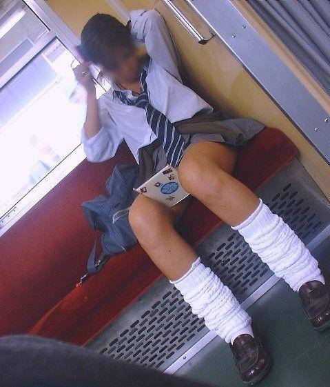 電車通学JKの紺ソックスと太ももを楽しむ盗撮画像 39枚 No.11