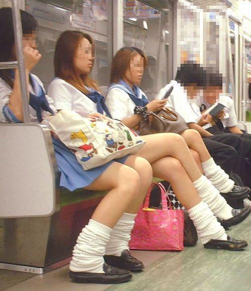 電車通学JKの紺ソックスと太ももを楽しむ盗撮画像 39枚 No.14
