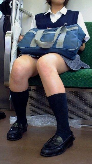電車通学JKの紺ソックスと太ももを楽しむ盗撮画像 39枚 No.15