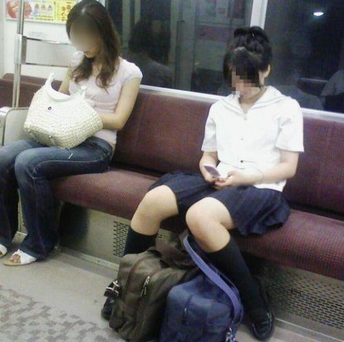 電車通学JKの紺ソックスと太ももを楽しむ盗撮画像 39枚 No.18