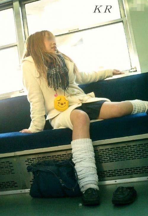 電車通学JKの紺ソックスと太ももを楽しむ盗撮画像 39枚 No.22