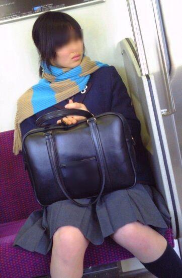 電車通学JKの紺ソックスと太ももを楽しむ盗撮画像 39枚 No.24