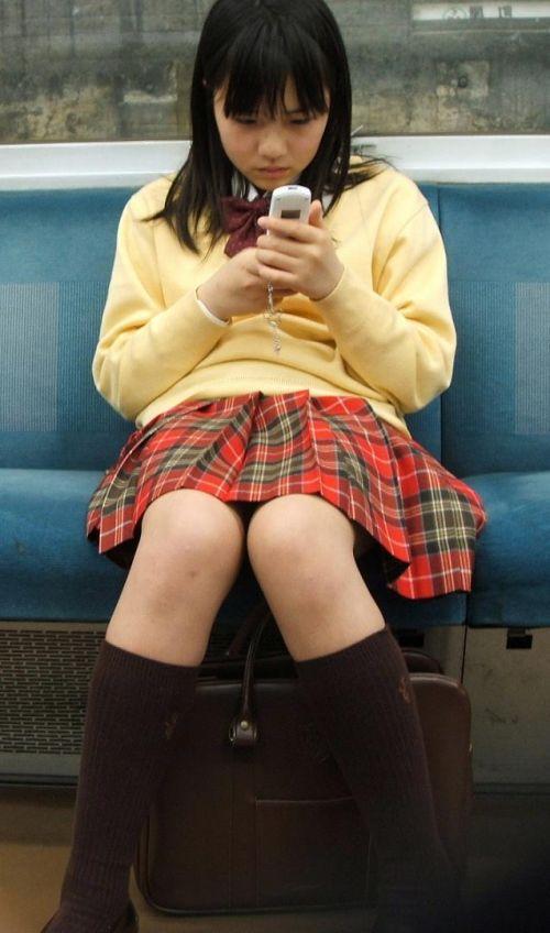 電車通学JKの紺ソックスと太ももを楽しむ盗撮画像 39枚 No.27
