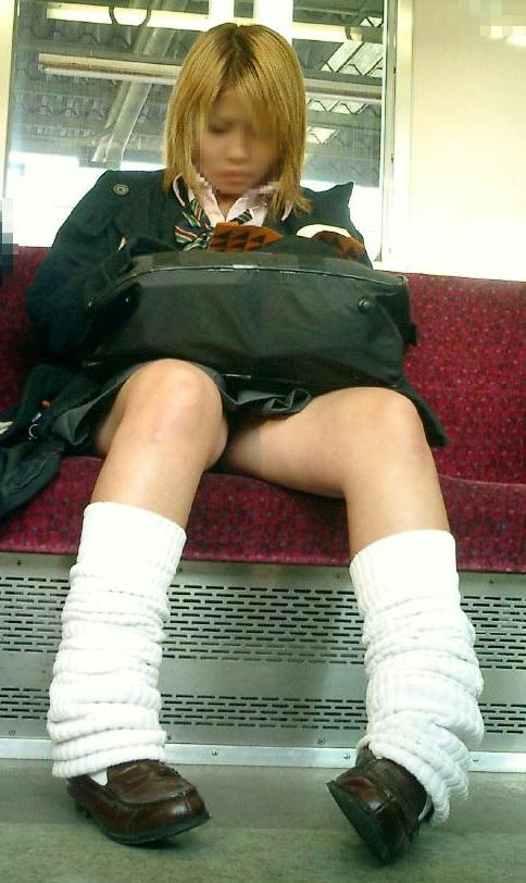 電車通学JKの紺ソックスと太ももを楽しむ盗撮画像 39枚 No.28