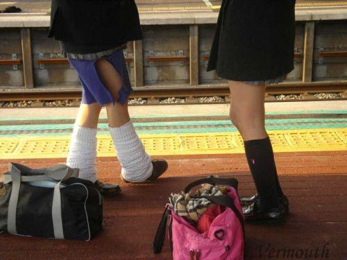 電車通学JKの紺ソックスと太ももを楽しむ盗撮画像 39枚 No.29