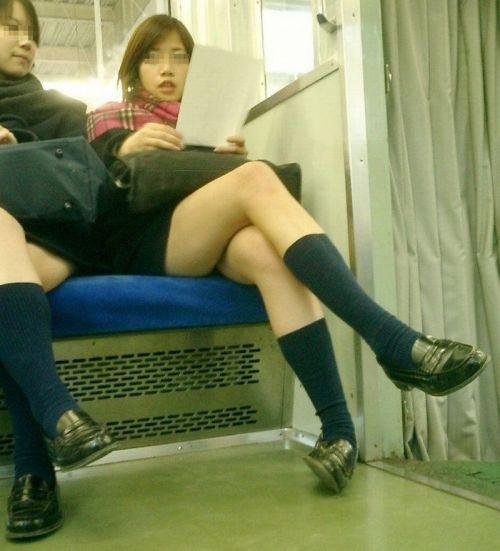 電車通学JKの紺ソックスと太ももを楽しむ盗撮画像 39枚 No.32