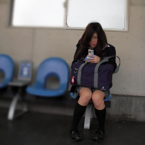 電車通学JKの紺ソックスと太ももを楽しむ盗撮画像 39枚 No.33
